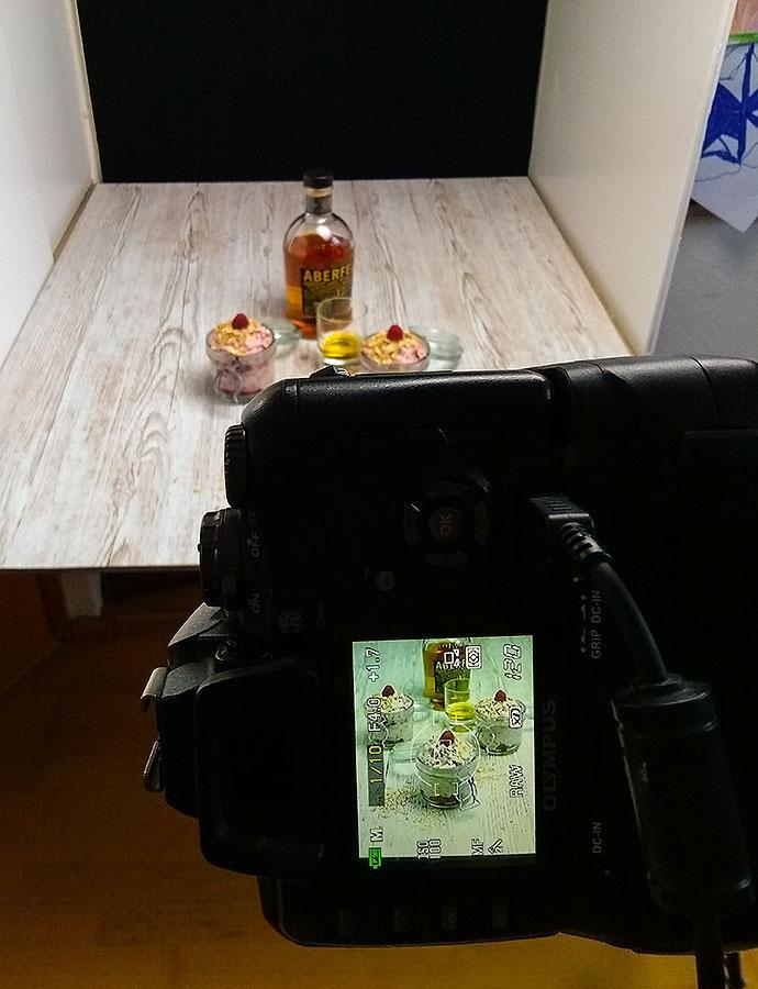 Blick von hinter der Kamera auf Fototisch mit  Setup für Cranachan