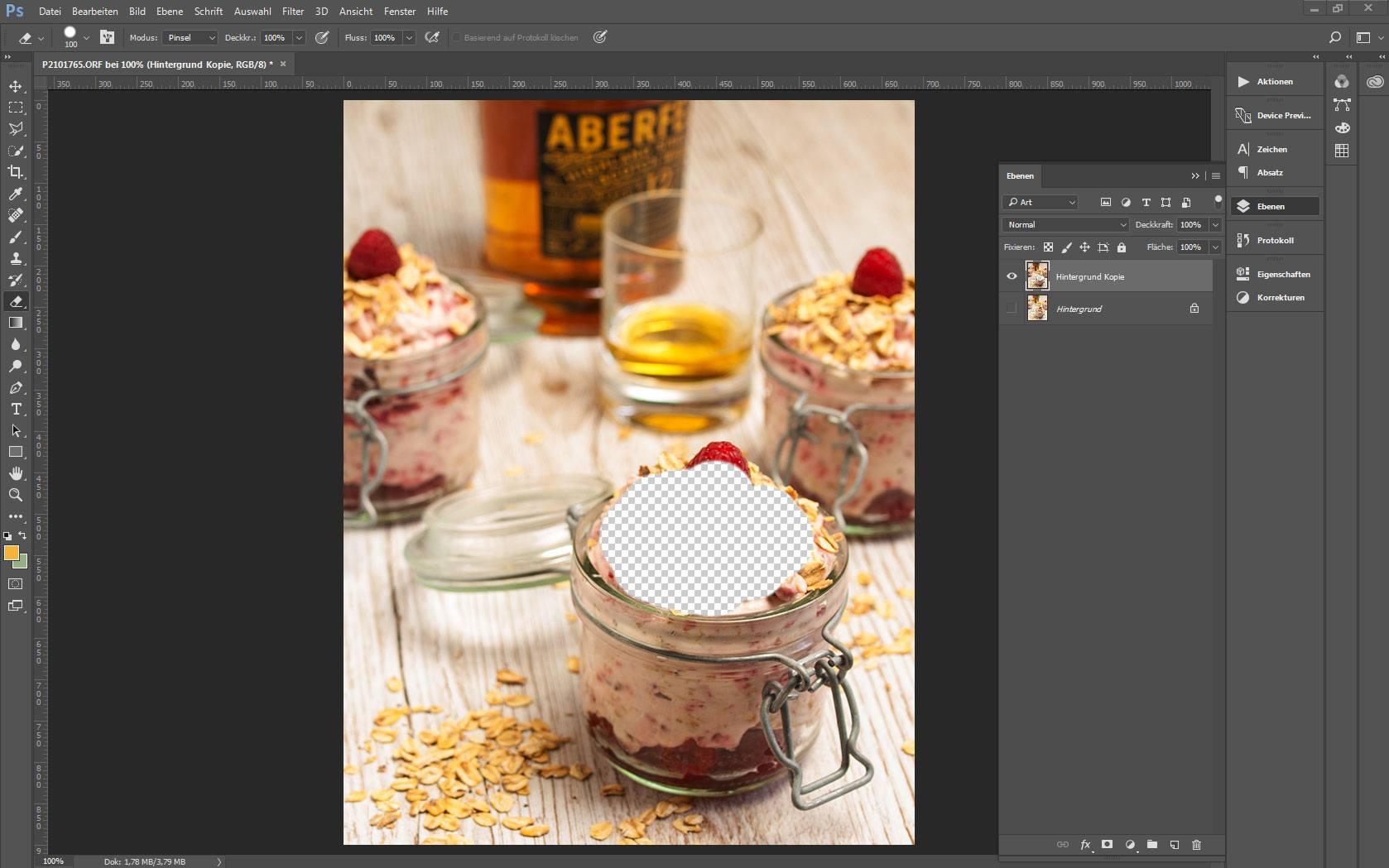 Ansicht eines Bildes in Adobe Photoshop mit aktivem Radiergummi-Werzeug und teils ausradiertem Cranachan im Vordergrund