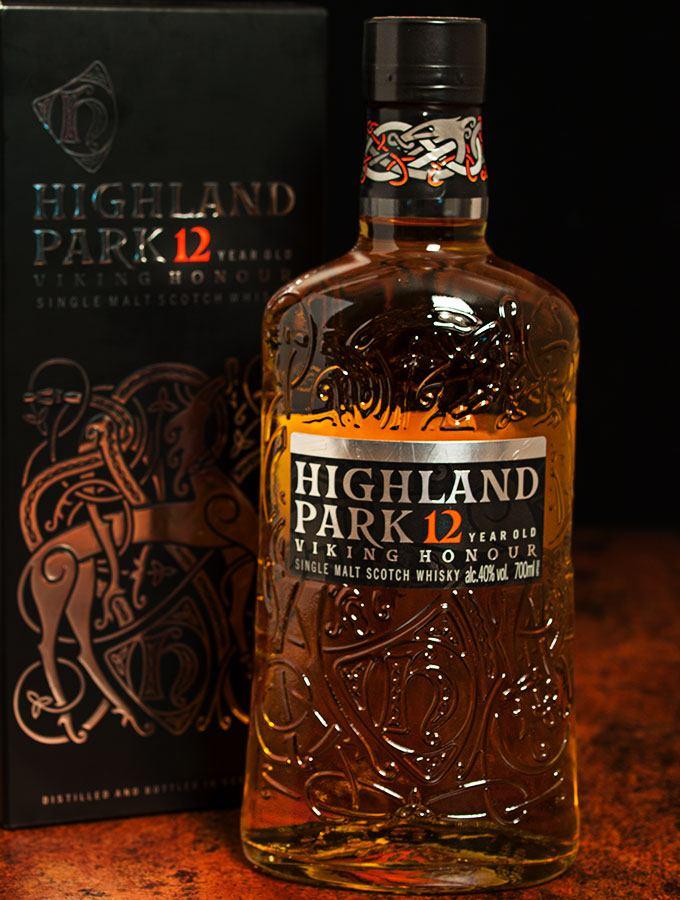 Eine Flasche Highland Park Single Malt Scotch Whisky Viking Honour 12 Jahre mit Geschenkkarton