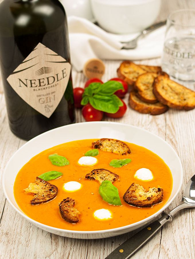 Blackforest Needle Gin Tomatensuppe