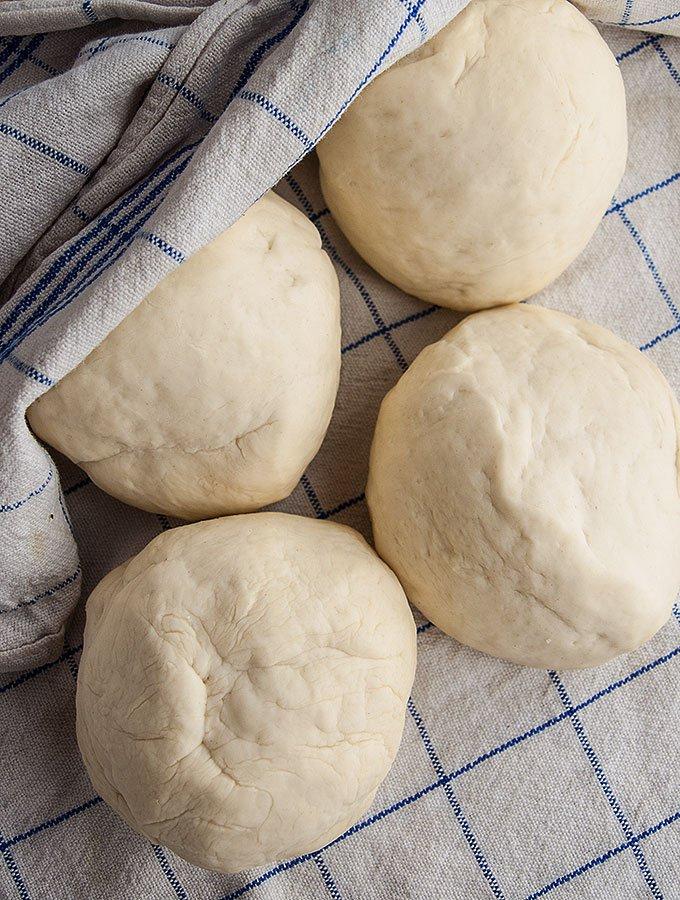 Einfaches und original italienisches Pizzateig-Rezept für einen dünnen und knusprigen Pizzaboden, der garantiert immer gelingt. Auch ohne Steinofen.