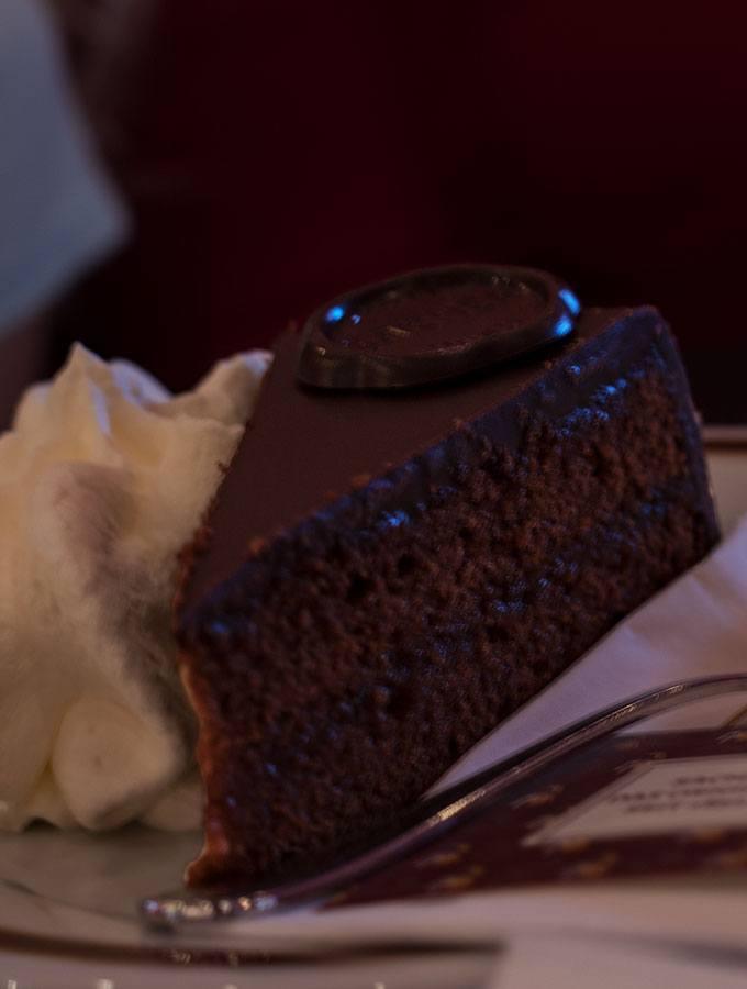 Wien kulinarisch- ein (klitzekleiner) Reiseführer: Original Sacher-Torte im Sacher Eck in Wien